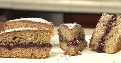 Cotto e mangiato torta di grano saraceno e confettura