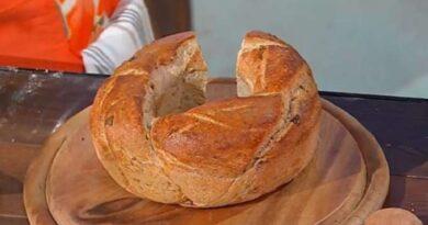 Treccia di pane aromatico è sempre mezzogiorno
