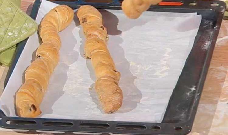 Frusta di pane alle olive è sempre mezzogiorno